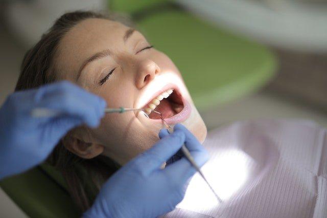 Kvinde til tandlæge hos Trørød tandklinik